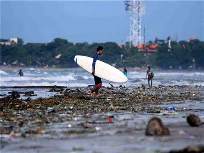 Rubbish litters Kuta Beach
